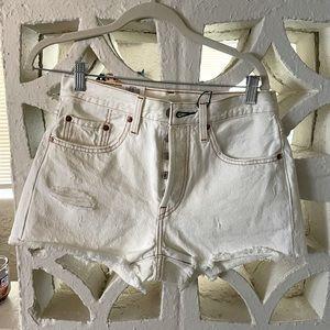 **Brand New Authentic white Levi shorts 🕊